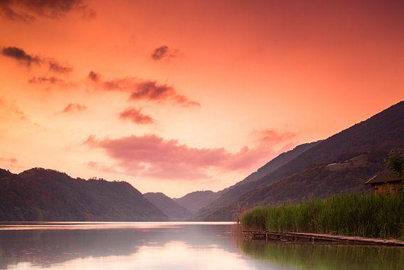 Zonsondergang bij het meer van Levico van Dion van den Boom