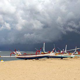 Vissersboten in onweersstorm, Bali van Inge Hogenbijl