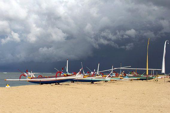 Dreigende lucht boven strand, Bali