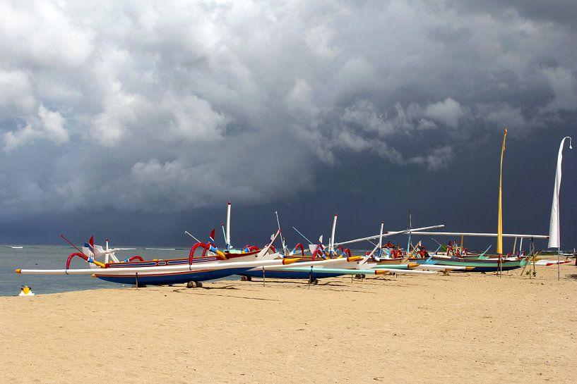 Dreigende lucht boven strand, Bali van Inge Hogenbijl