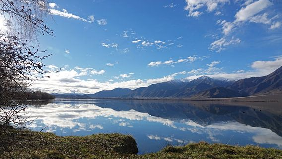Bergen bij Lake Benmore in Nieuw Zeeland weerspiegelt in het water