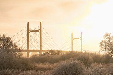De Molenbrug bij de stad Kampen in de winter van Sjoerd van der Wal