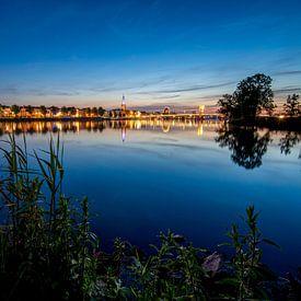 Skyline van de Hanzestad Kampen aan de rivier de IJssel in de avond van Fotografiecor .nl