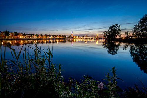 Skyline van de Hanzestad Kampen aan de rivier de IJssel in de avond
