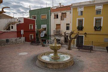 Plein met fontein in het dorp Joiosa, Alicante, Spanje van Joost Adriaanse