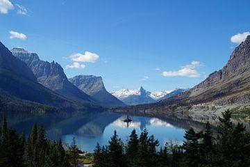 Indrukwekkend zicht op een meer tussen de bergen von Anouk Noordhuizen