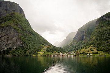 Dorp aan het Sognefjord, Noorwegen van Marie-Christine Alsemgeest-Zuiderent