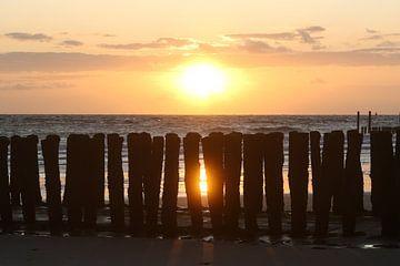golfbrekers op het strand van westkapelle met zonsondergang