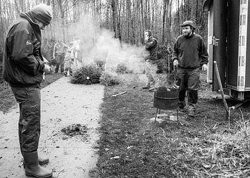 Schwarz-Weiß-Foto von Rauch im Wald von Kim Groenendal
