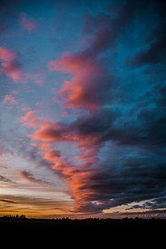 Wolken spel tijdens een prachtige zonsondergang van Lindy Schenk-Smit