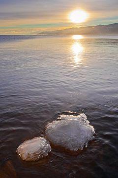 Gelbe Sonne über Wasser und Eissteinen von Michael Semenov