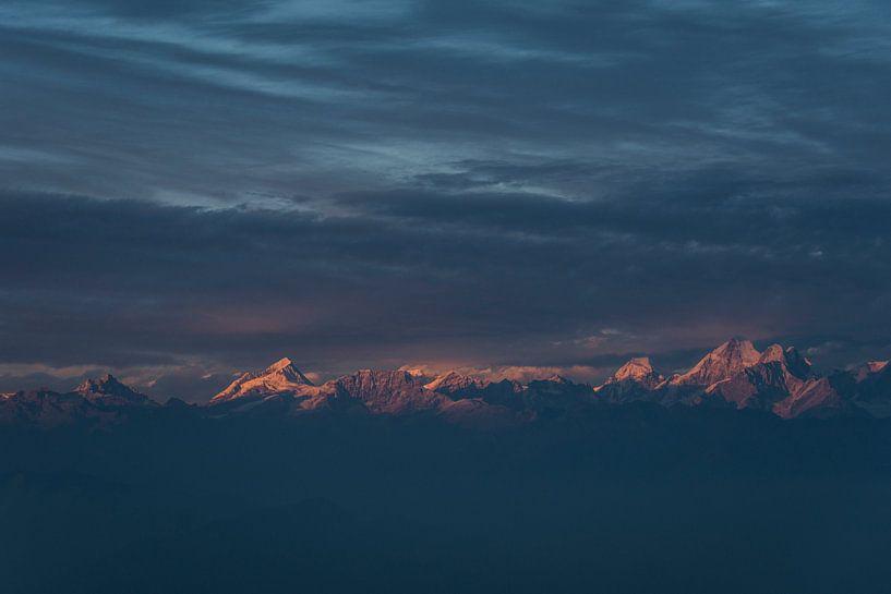 Zonsondergang Himalaya met bewolking  van Ellis Peeters