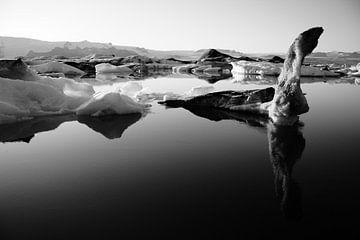 Jökulsárlón gletsjermeer, IJsland (Jokulsarlon) (zwart-wit) van Roel Janssen