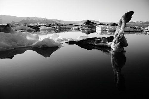 Jökulsárlón gletsjermeer, IJsland (Jokulsarlon) (zwart-wit) van