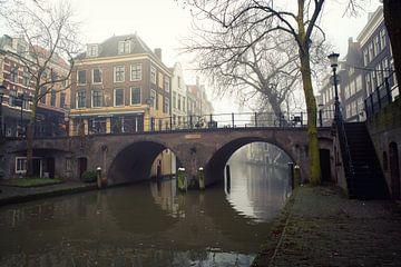 De Gaardbrug over de Oudegracht in Utrecht in de mist van De Utrechtse Grachten