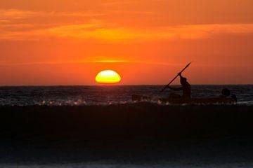 Kano bij zonsondergang van Hannon Queiroz