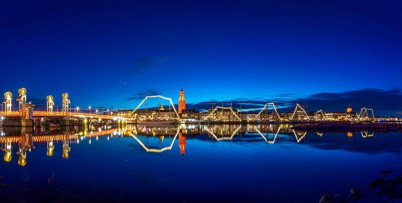 Stadsfront Kampen panorama met verlichte bruine vloot van Fotografie Ronald