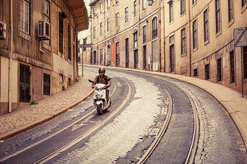 Straßenansicht mit Motorroller in Lissabon von Marcel Bakker