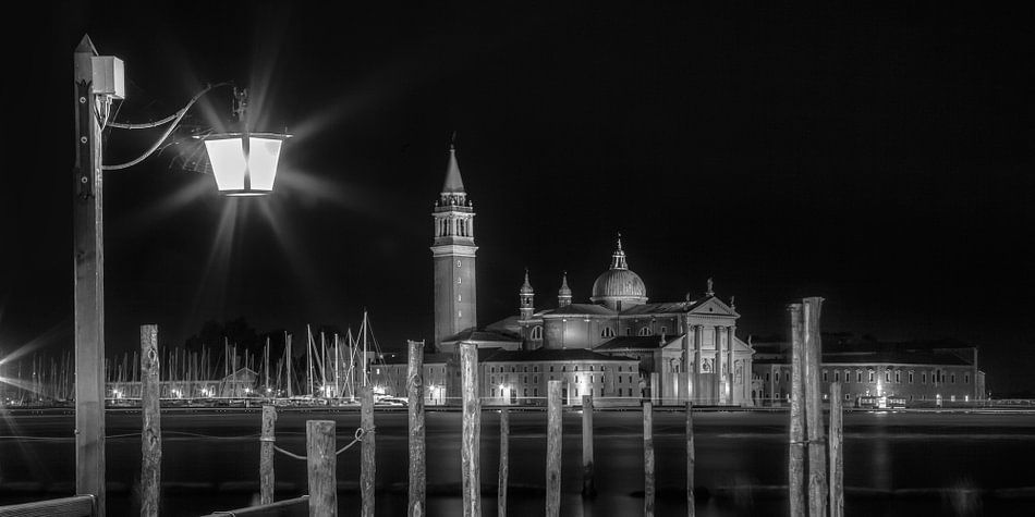VENICE San Giorgio Maggiore at Night black and white | panoramic view van Melanie Viola