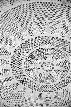 Gehaakte  hoes om een strobaal   Italie, Puglia   Zwart-wit   Reisfotografie fine art van Monique Tekstra-van Lochem