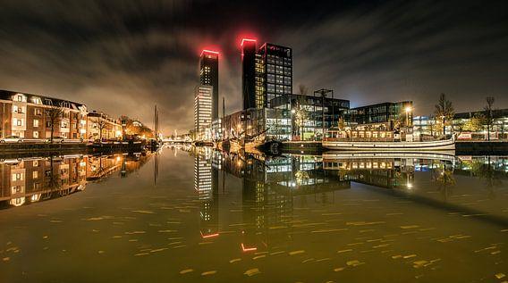 Nachtopname van de Leeuwarder stadsgracht ter hoogte van de museumhaven