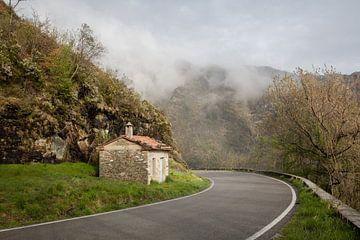 Stille kurvenreiche Straße zwischen Hügeln in der Toskana, Italien von Joost Adriaanse