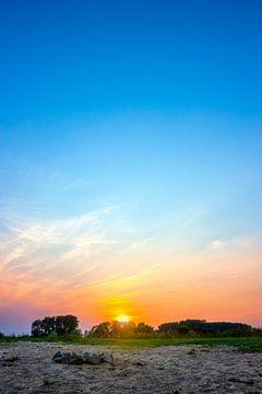 Zonsondergang aan de Waal bij Nijmegen van Mario Verkerk