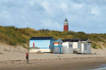 Strandkabinen vor dem Leuchtturm Eierland von Ad Jekel