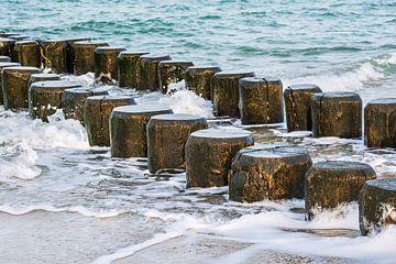 Kribben aan de kust van de Oostzee op een stormachtige dag van Rico Ködder
