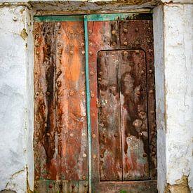 Rood oranje uitgebeten eikenhouten deur. von Wout Kok