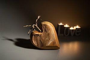 Houten hart met kaarslicht