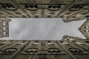 Dreigende donkere wolken door het open dak kathedraal van