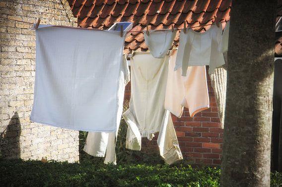 Wasgoed in de wind ophangen van Jan Brons