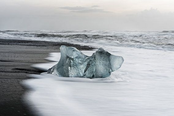 Eisblock am schwarzen Strand in Island