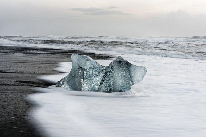 Eisblock am schwarzen Strand in Island von Ralf Lehmann
