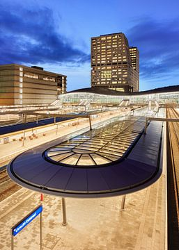Blick in der Dämmerung auf den Hauptbahnhof Utrecht. von Tony Vingerhoets