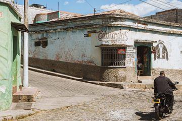 Straßenszene mit Moped in Quetzaltenango (Xela), Guatemala von Michiel Dros