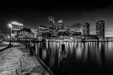 BOSTON Fan Pier Park & ??Skyline van Boston in de avond | monochroom van Melanie Viola
