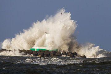 Zuidpier van IJmuiden verdwijnt in metershoge golf van Menno van Duijn