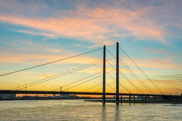Rheinkniebrücke in Düsseldorf von Michael Valjak