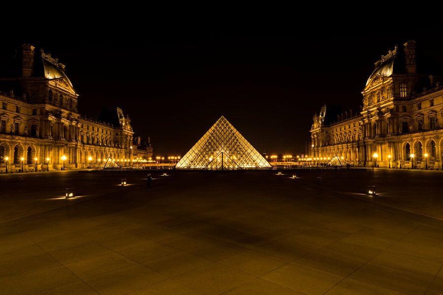 Museum Louvre bij avond - Parijs - 2 van Damien Franscoise