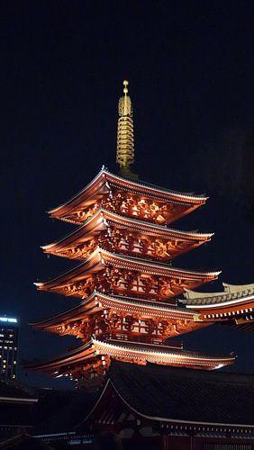 Fünf-stufige Pagode von die Sensoji tempel in Tokio, Japan bei nacht von Aagje de Jong