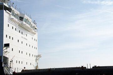 Vrachtschip in contrast met blauwe lucht van