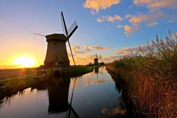 Traditionele molens op het platteland van Nederland bij zonsondergang van