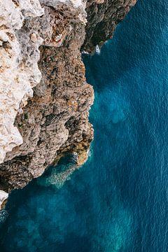 Felsen und blaues Meer | Menorca, Spanien | Landschaftsfotografie | Natur &Ampel; Feiertage von Melody Drost
