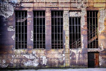 Vervallen muur op verlaten plek van Yvonne Smits