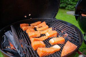 Koken op de buiten  keuken in de zomer
