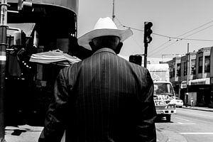 Oudere man met een opvallende witte cowboy hoed.