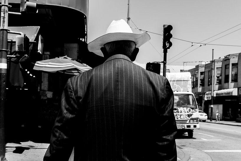Oudere man met een opvallende witte cowboy hoed. van Joris Louwes