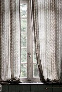 Subtiel licht door oud raam. van Anne Sypré